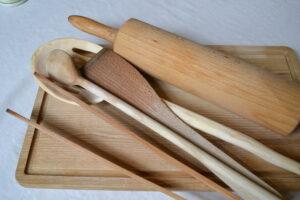 Schneidbrett Holz und Kochbesteck